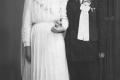 Novší svadobný kroj - Litvajovci, čižmy s tvrdou sárou, mladý zať v čiernom obleku. Ešte zachovaný tvar sukne, vienok, a pierko pre ženícha