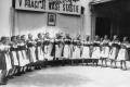 Dievčence na vystúpení, reprezentujú staré sviatočné kroje